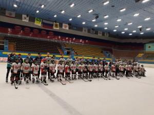 Выпускники и юные хоккеисты на награждении